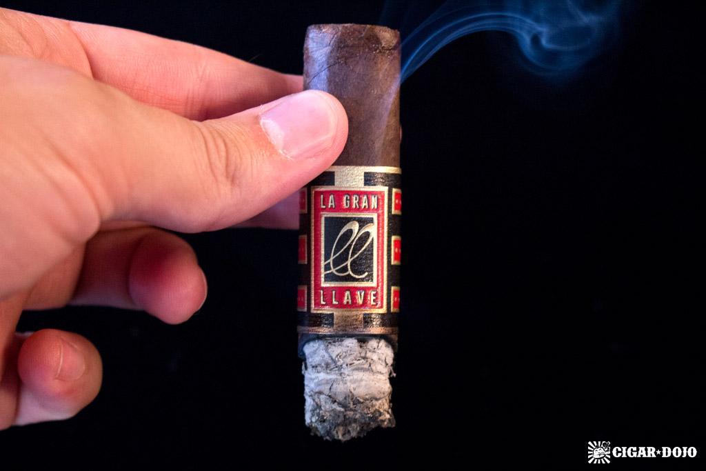 La Gran Llave Robusto cigar smoking