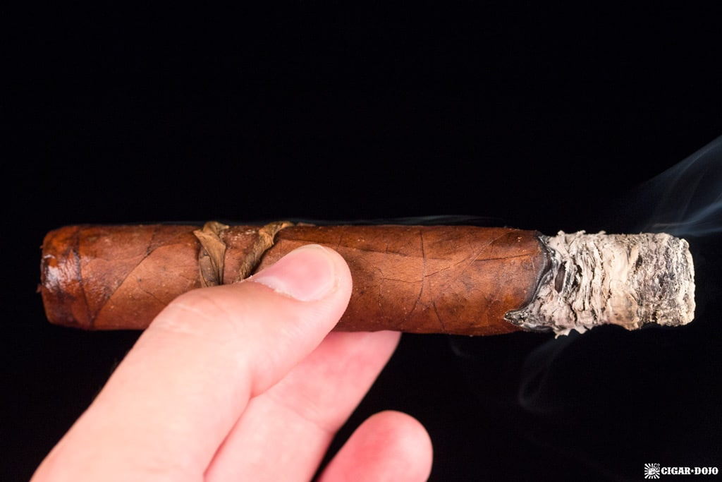 CAO Fuma Em Corda Robusto cigar smoking