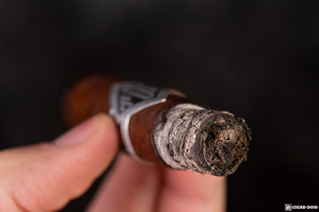 Todo Las Dias Mas Fuerte Thick Lonsdale cigar ash