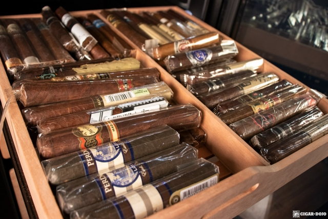 NewAir NCH840BK00 840 Count Humidor shelf with single cigars